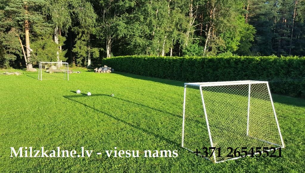 Futbola laukums viesu namā Milzkalne